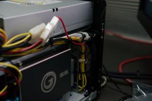 由於PCI-E沒有5V,只好由另一組線借